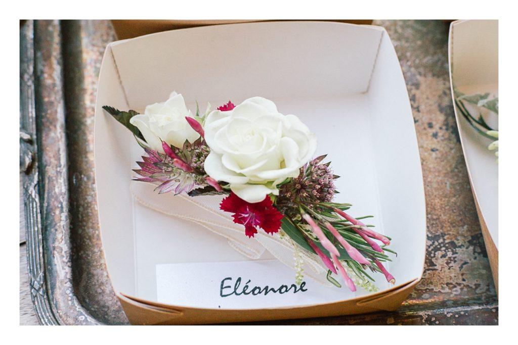 Photo des fleurs des demoiselles d'honneur à un mariage au château de Bagnols dans la beaujolais près de Lyon
