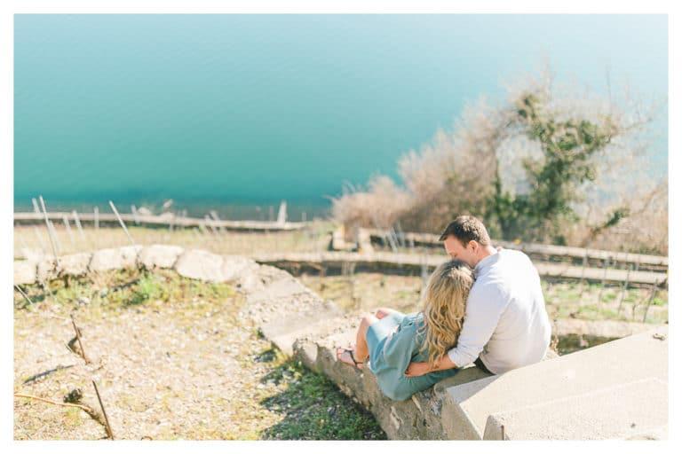 photo de grossesse entre Annecy Genève et Lausanne, plongeant dans le lac avec une vue magnifique