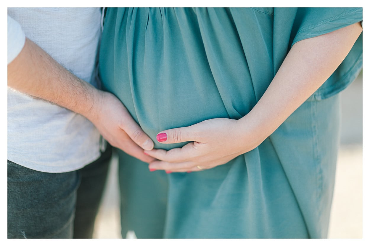photo de grossesse entre Annecy Genève et Lausanne, avec les mains sur le ventre