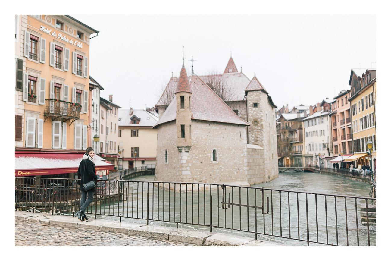 Enfin, photo de l'actrice Éléonore Sarrazin à Annecy à l'occasion d'un shooting photo dans le centre ville d'Annecy sous la neige