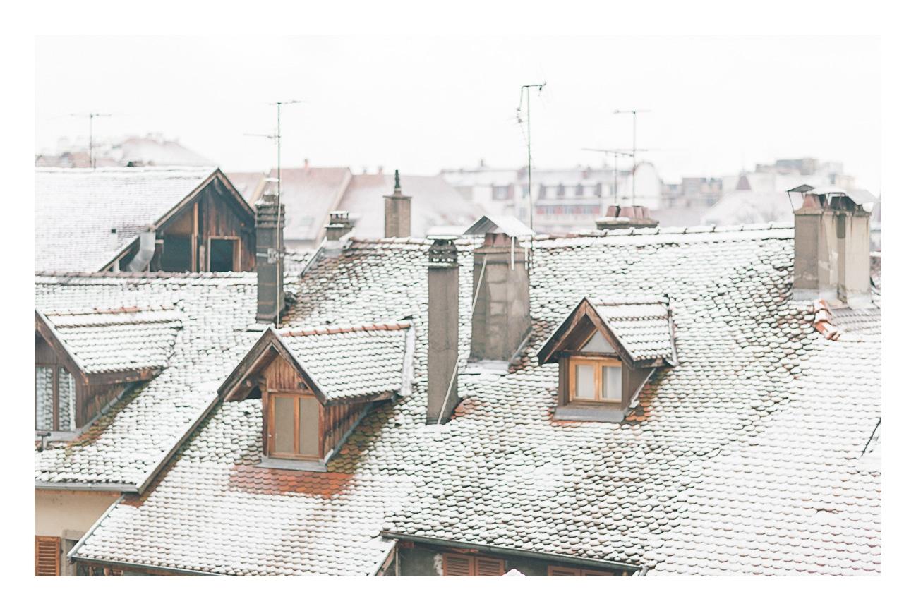 Toits enneigés à Annecy alors qu'on réalisait un shooting sous la neige à Annecy