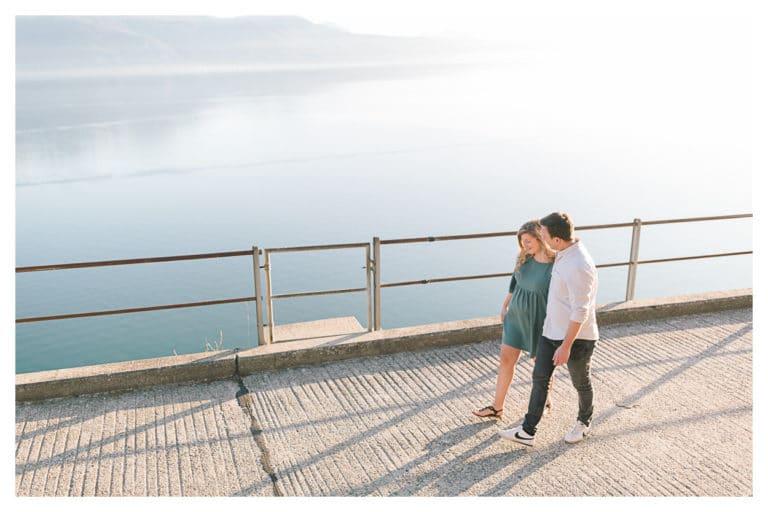 photo de grossesse en couple sur les bords du lac à Lausanne