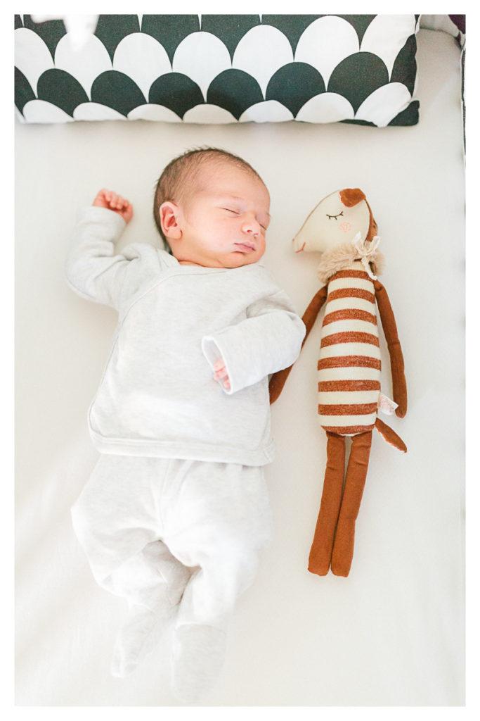Photographe bébé à Chambéry en Savoie. Ensuite photo d'un bébé dans son lit avec son doudou