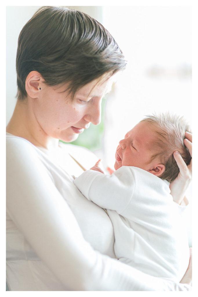 Photographe nouveau né en Suisse à Genève. L'enfant est ensuite dans les bras de sa maman après la naissance