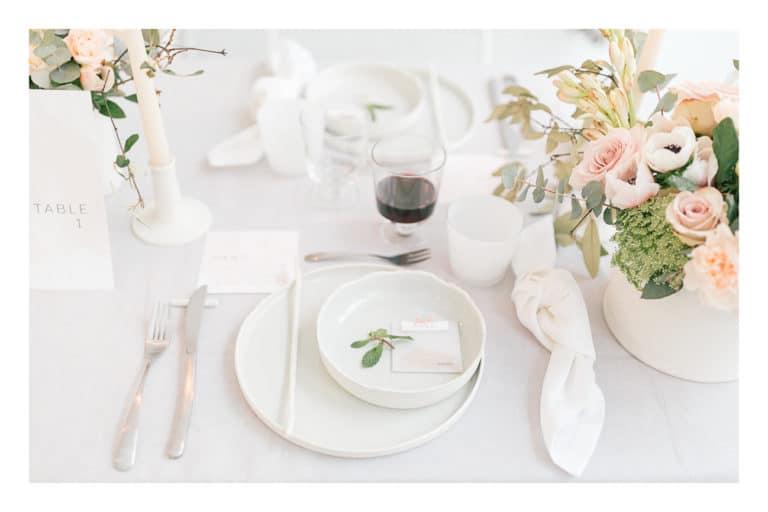 Photo des assiettes du mariage et du marque place