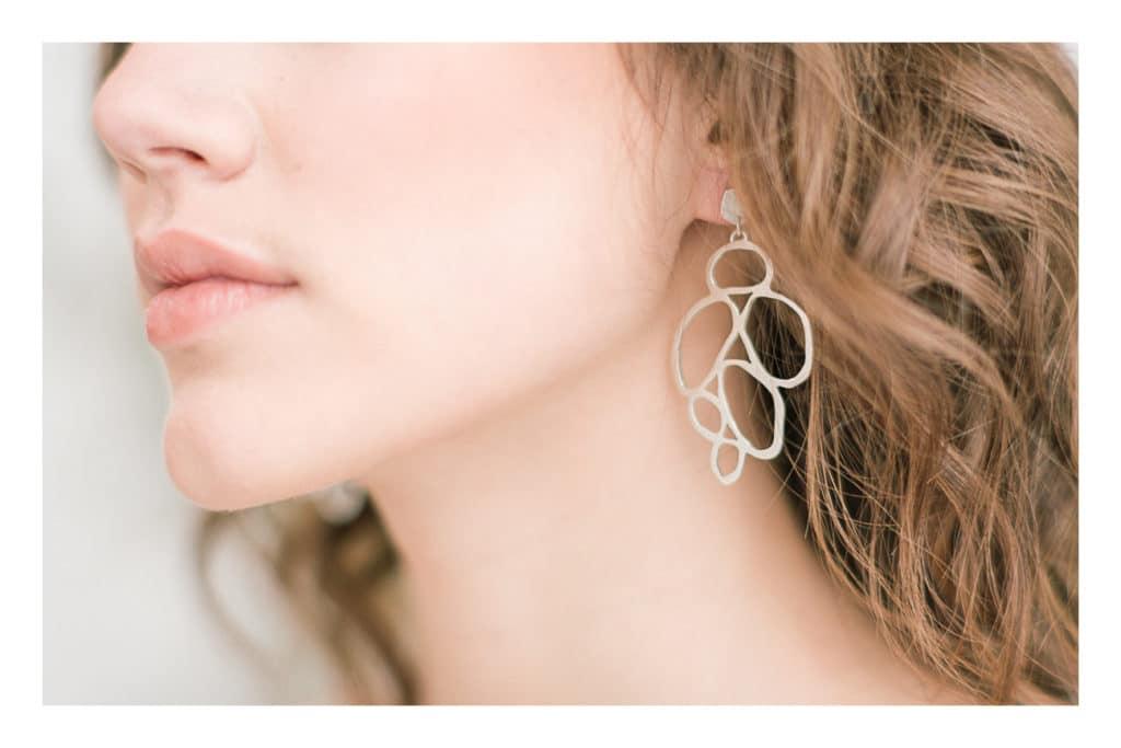 Photo des boucles d'oreilles de la mariée