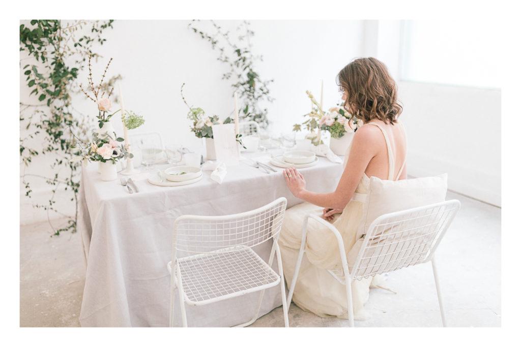 Photo de la table du mariage avec la mariée assise.