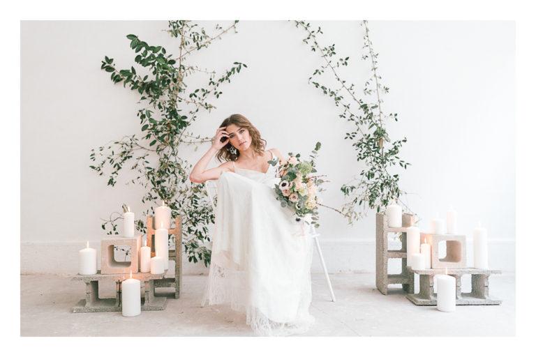 Photo de la mariée assise sur une chaise