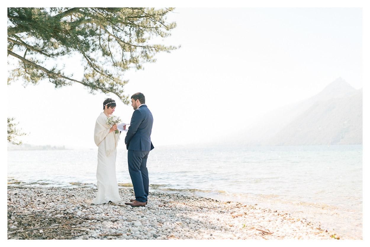 photo de mariage près d'Annecy au bord du lac avec les mariés qui échangent leurs vœux
