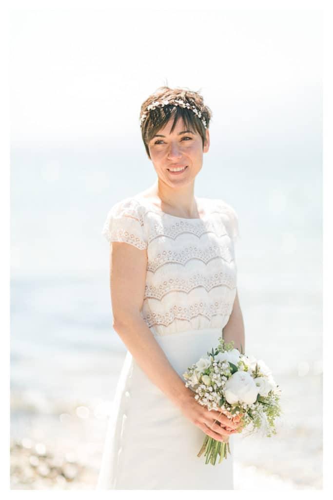 photo de mariage à Annecy en montagne avec la mariée au bord du lac