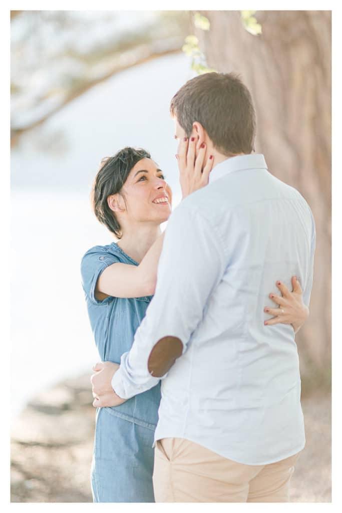 photod'un couple pendant une séance engagement et portrait à Annecy et Genève