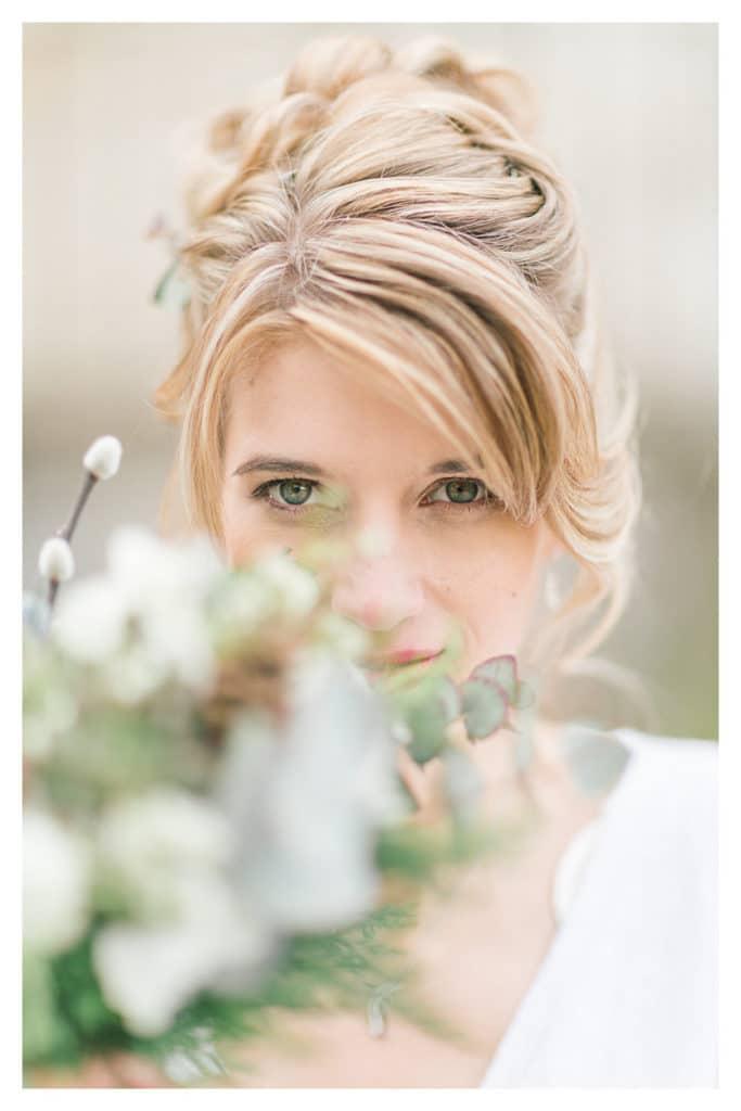 photo d'une mariée derrière son bouquet à Annecy et Genève