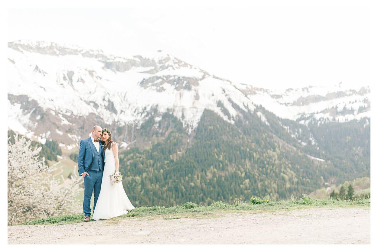 Puis, shooting couple d'un mariage intimiste dans un paysage de montagne enneigée.
