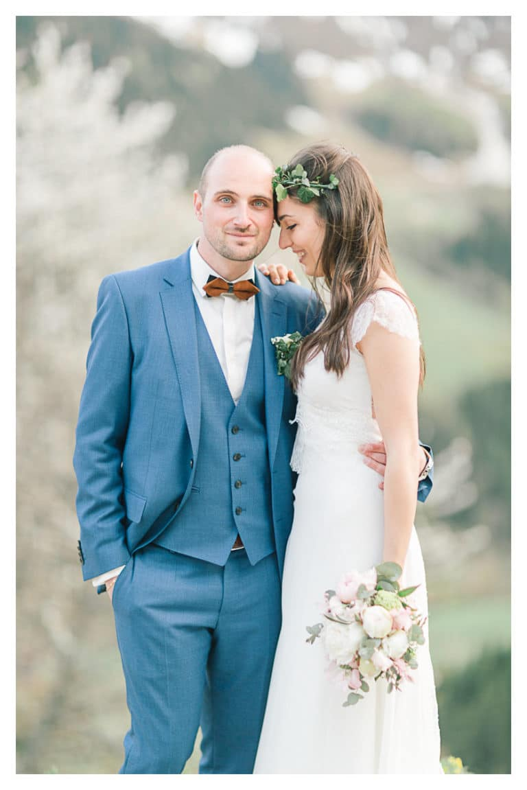 Ensuite, portrait de couple en montagne pendant la cérémonie de leur mariage champêtre