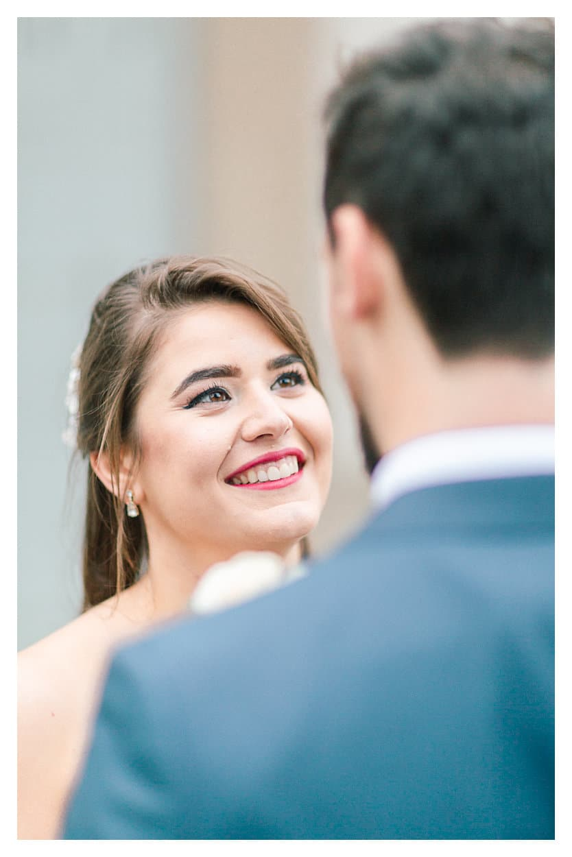 La mariée regarde ensuite son mari pendant le first look