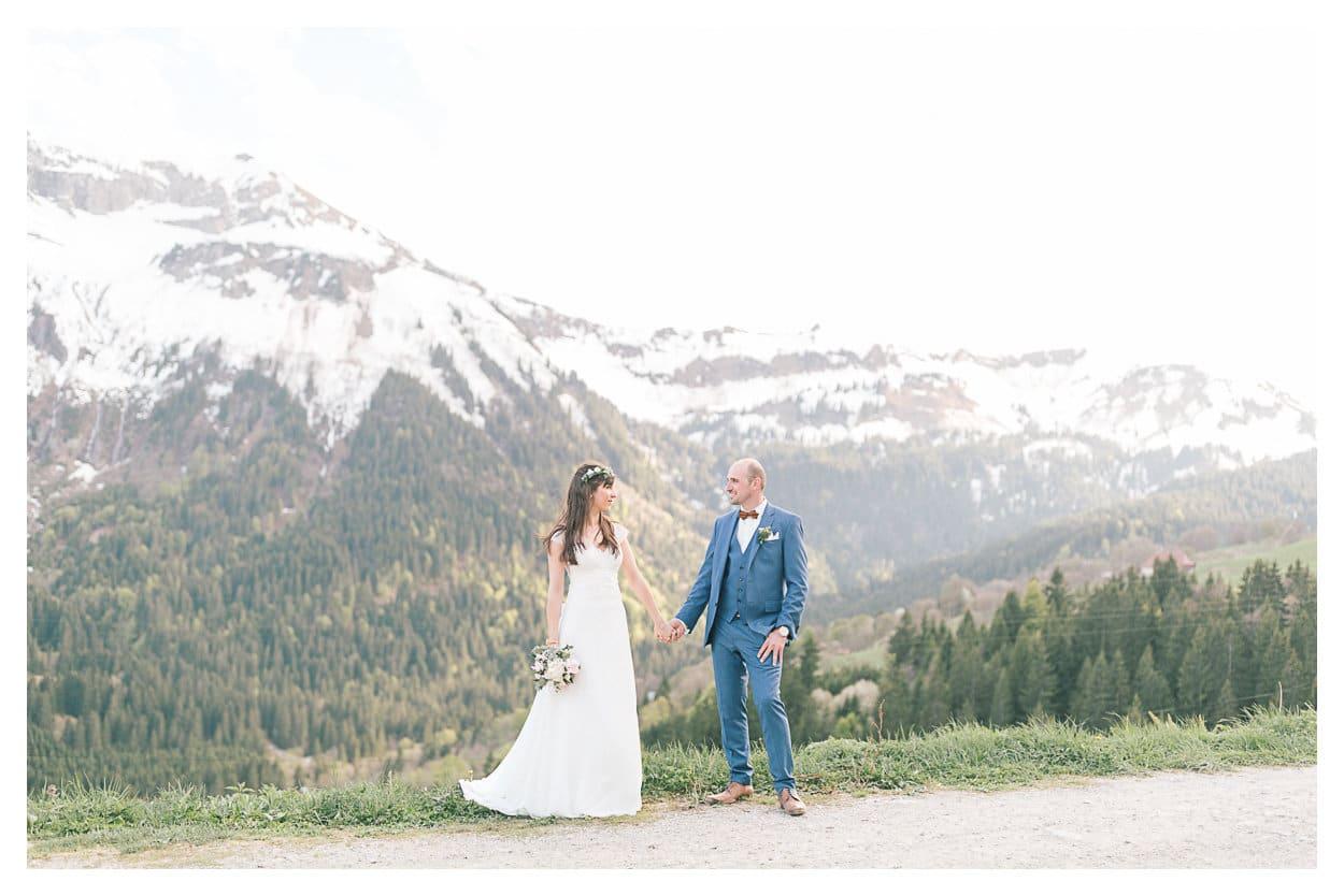 Époux en montagne pendant leur mariage