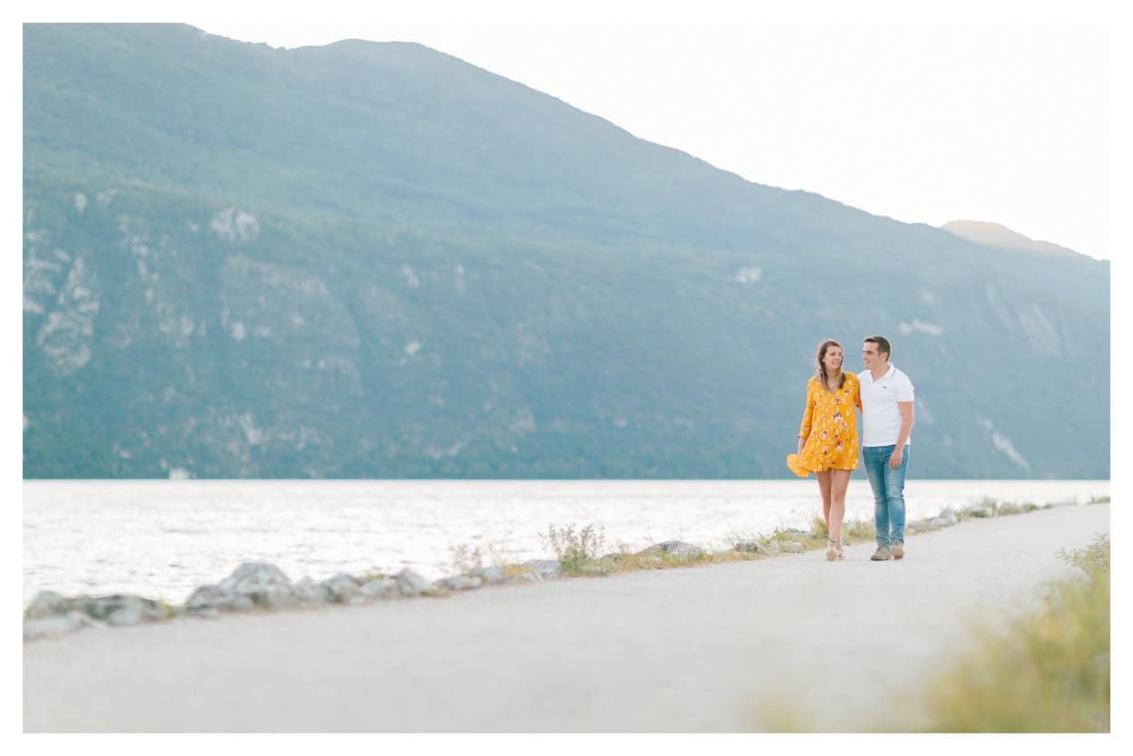 Couple pendant la maternité au bord du lac, photographe de grossesse à Aix les Bains et Chambéry en Savoie, 73