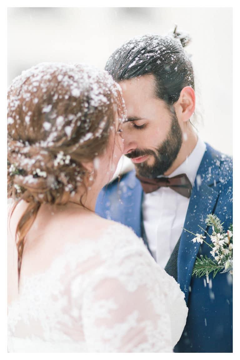 ensuite, portrait des époux pendant le first look lors de leur mariage à Megève sous la neige en montagne