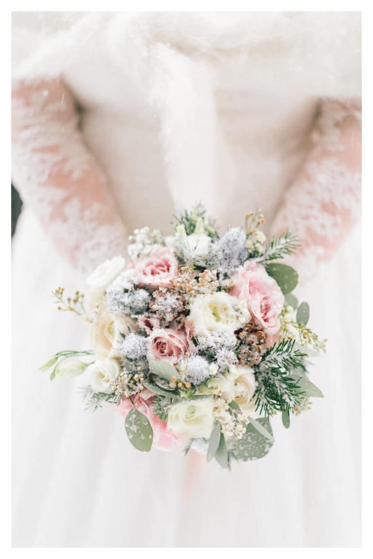 ensuite, photo du bouquet de la mariée lors de'un mariage à Megève en montagne sous la neige