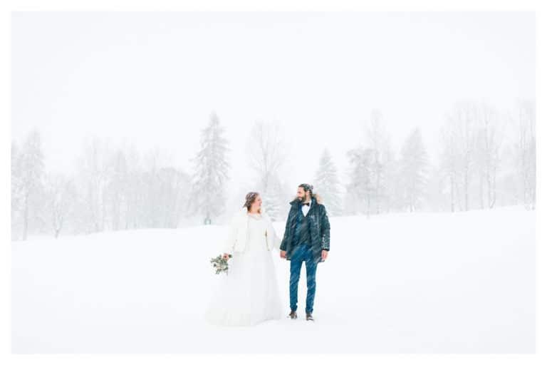 puis, photo de paysage du couple lors de leur mariage à Megève sous la neige en montagne