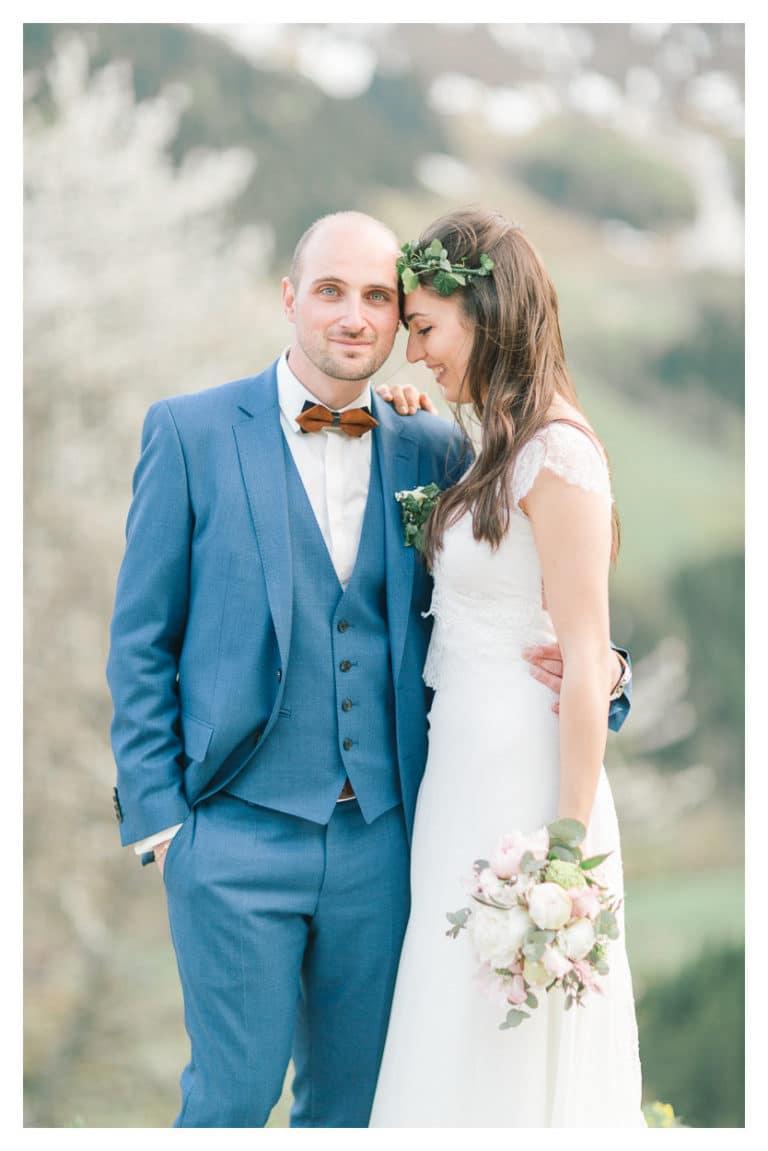 puis, photo de portrait des mariés après leur cérémonie de mariage en montagne vers Chamonix
