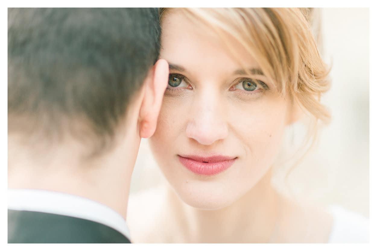 tout d'abord, photographie de la mariée et du marié pendant la séance couple à leur mariage à Annecy