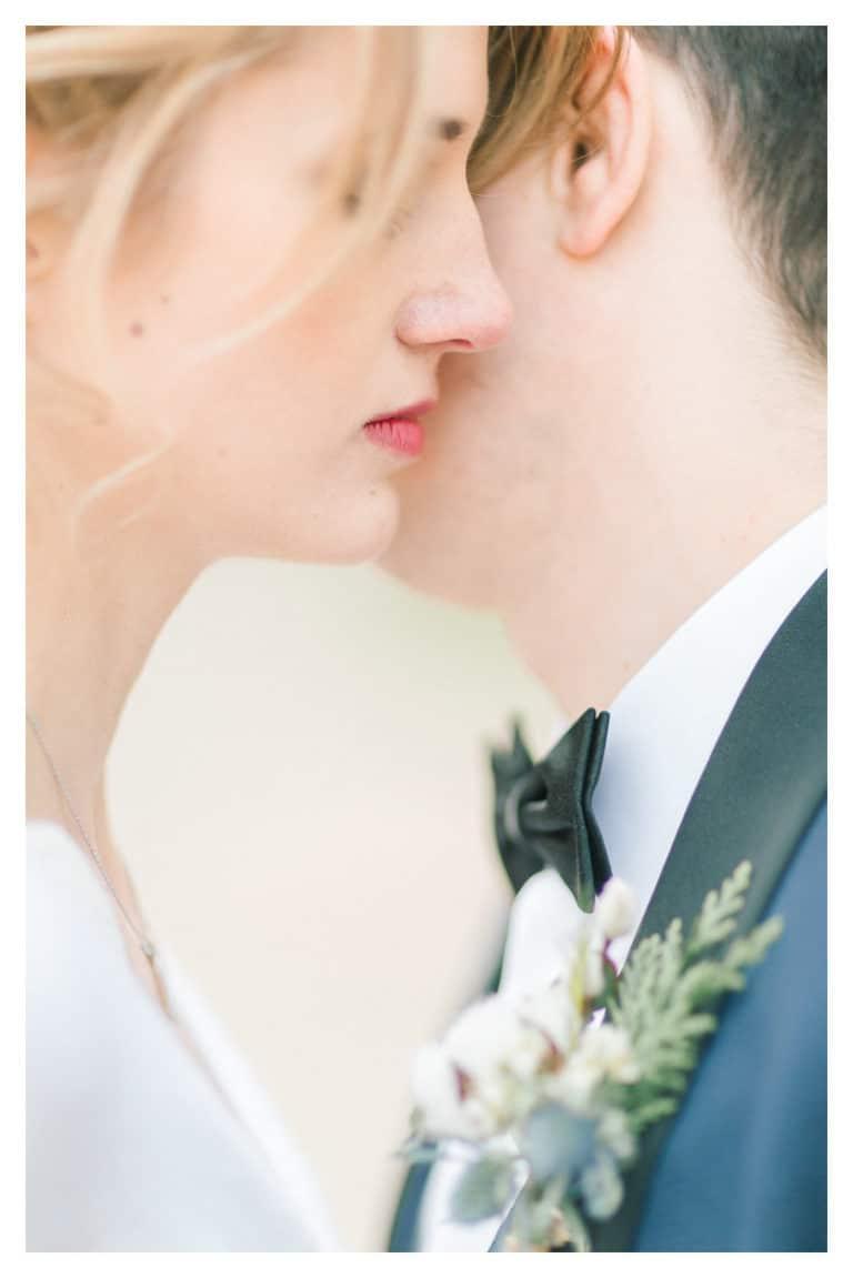 Portrait de couple des mariés lors du shooting photo de leur mariage à Annecy