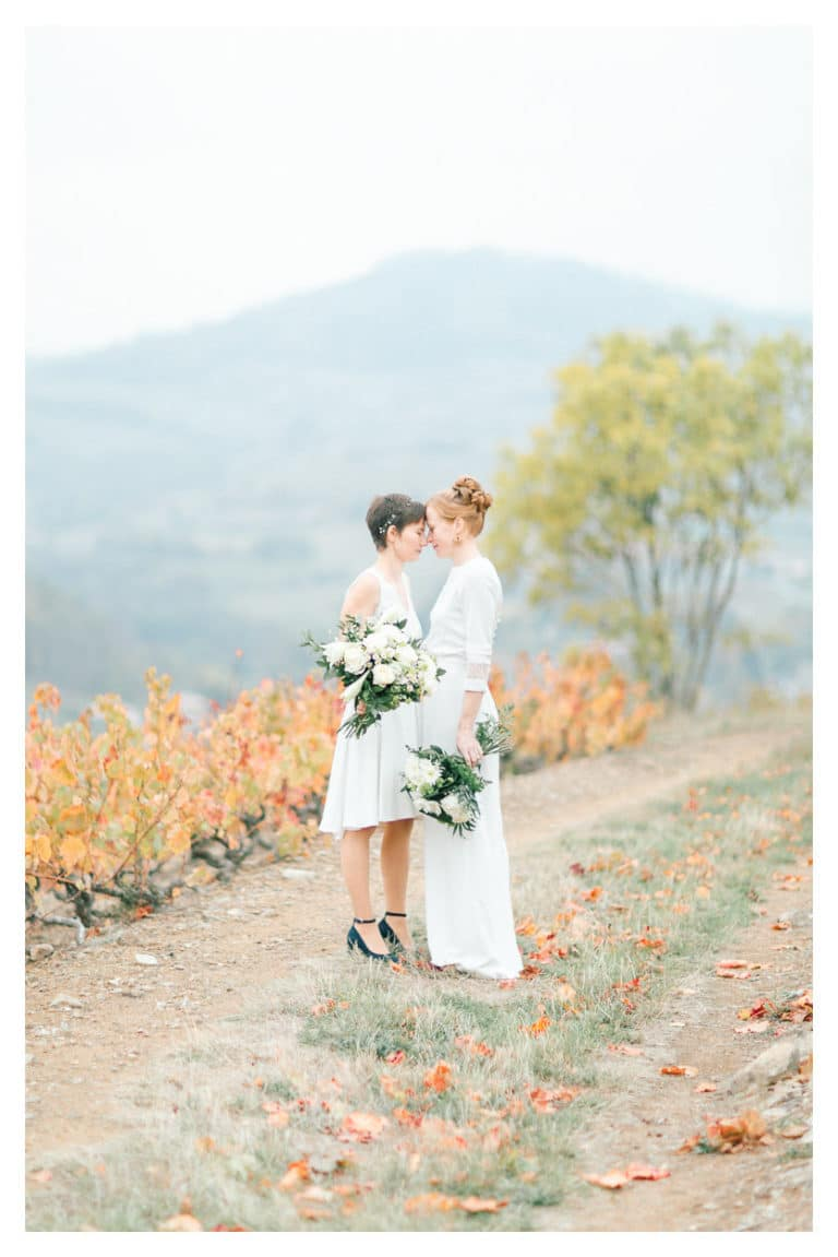 puis, photographie des mariées après la cérémonie lors de leur mariage dans les vignes du Beaujolais près de Lyon