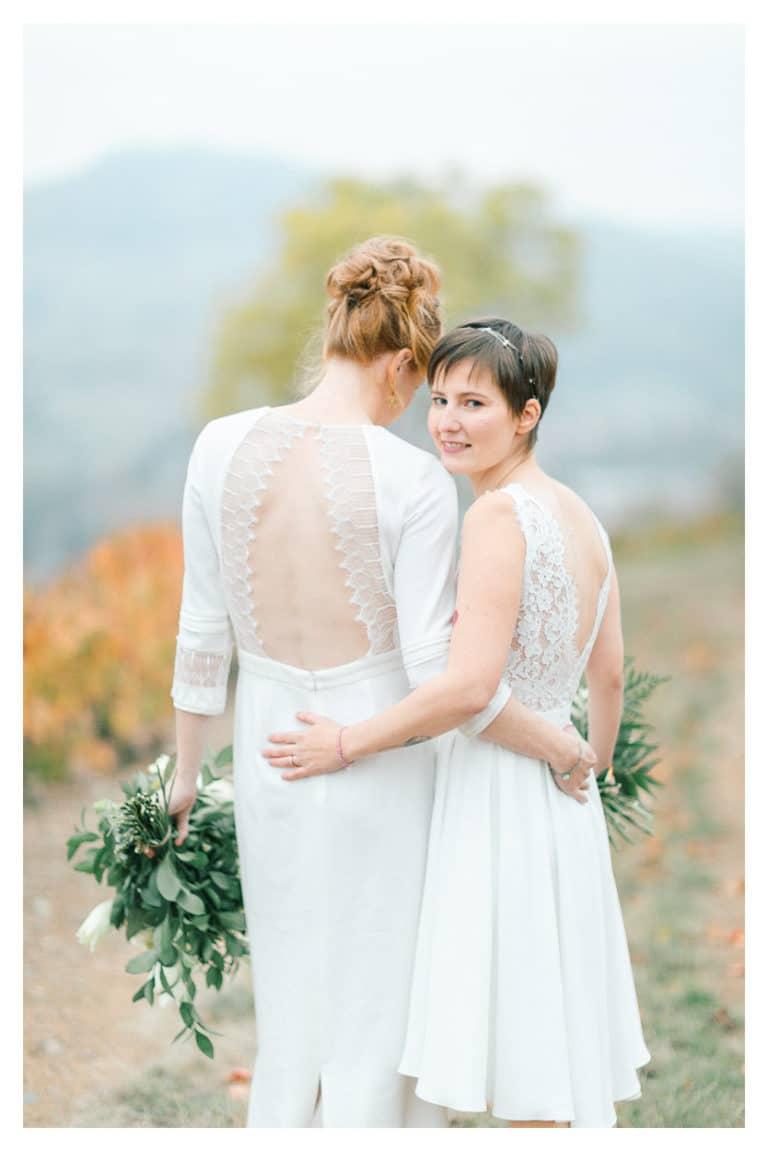 puis, photo de couple des mariées lors de leur mariage dans les vignes du Beaujolais près de Lyon