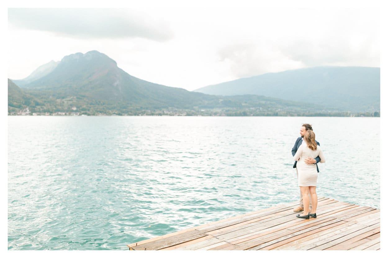 Photographe de grossesse à Annecy, Genève & Lausanne en Suisse. Puis photo d'un couple en extérieur au bord du lac d'Annecy avec vue sur les montagnes.